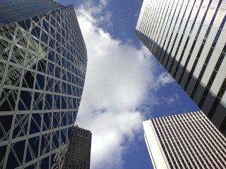 ビル街の空は