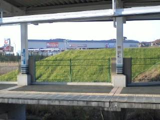 はるひ野駅南口未利用地の芝生