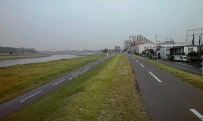 朝の多摩川を走る / 下ハンでダンシング