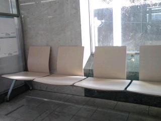 はるひ野駅待合室のベンチ