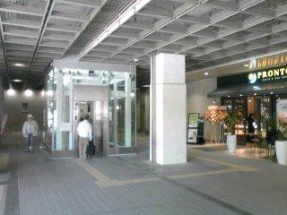 新百合ヶ丘南口にプロントとエレベーター